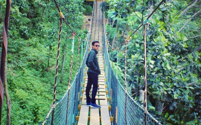 Jembatan Gantung di area wisata Curug Ciherang Bogor ini merupakan salah satu spot foto favorit