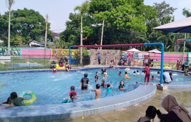 Kolam renang di Taman Pemuda Pratama Depok