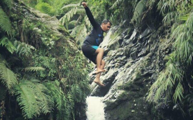 Melompat dari tebing sekitar Curug Pangeran Bogor