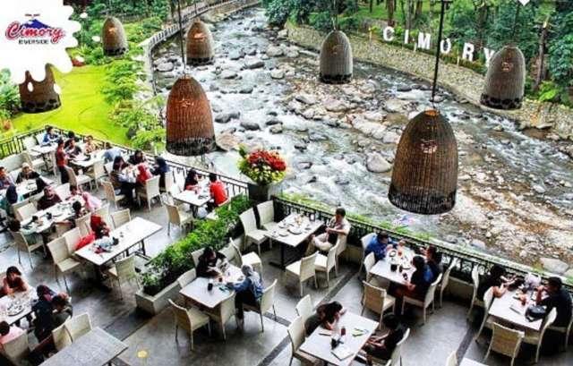 suasana tempat makan di cimory riverside