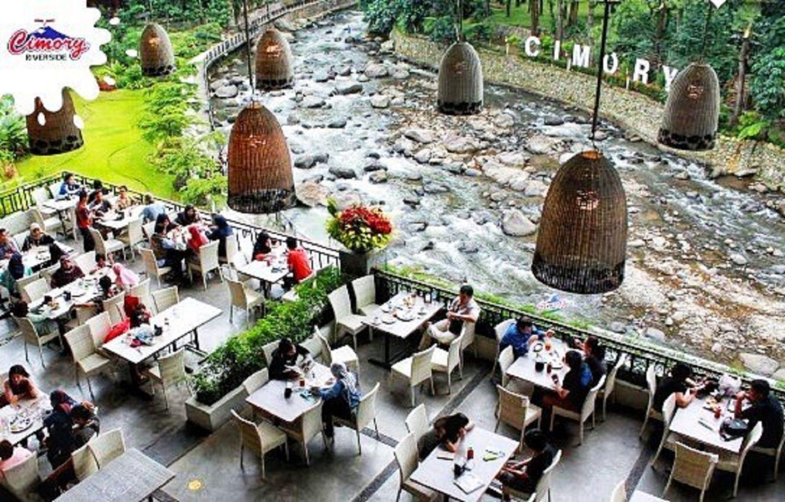 makan di tepi sungai di cimory riverside