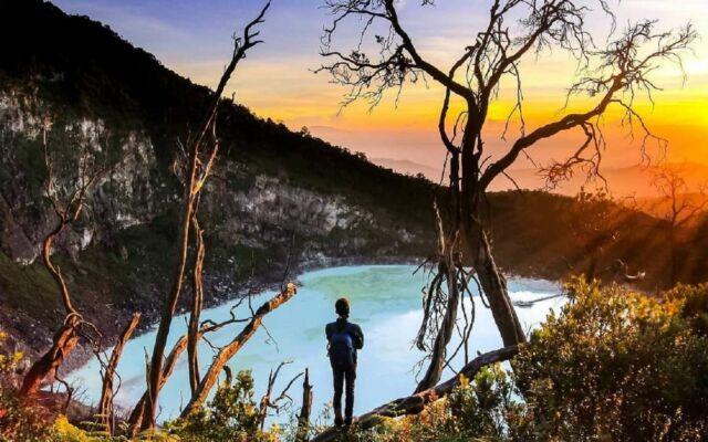 Menikmati matahari terbit dari spot Sunan Ibu Kawah Putih Bandung