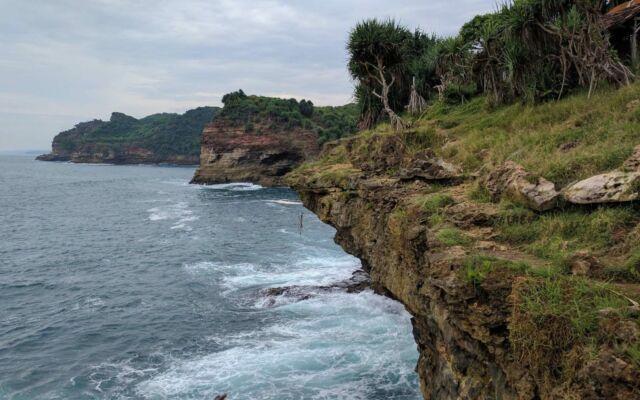 bukit yang menjorok ke laut di pantai timang yogyakarta
