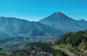 Indahnya pemandangan pegunungan dari gardu pandang Tieng