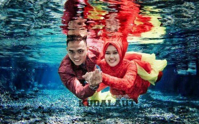 calon penganten yang sedang melakukan pemotretan bawah air di umbul manten