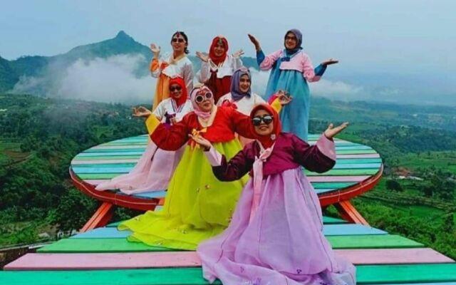 Penyewaan pakaian tradisional Korea sangat diminati wisatawan sebagai kostum untuk berfoto di Curug Ciherang Bogor -