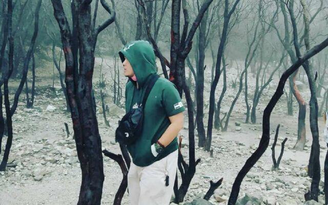 Pepohonan di sekitar kawah memberikan kesan eksotis yang sangat cocok untuk latar foto bagi wisatawan Kawah Putih Bandung