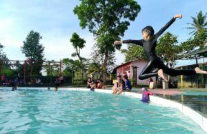 pengunjung bermain di kolam renang pikatan water park