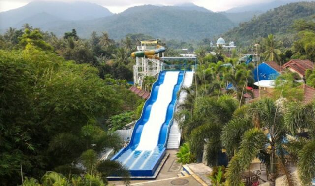 Wahana Racer Slide Cafless Waterpark