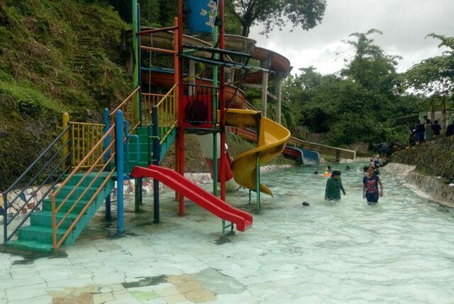 Salah satu kolam buatan dalam Waterpark Curug Luhur Bogor dengan seluncur air untuk anak-anak