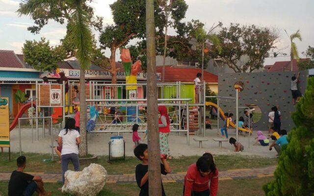 area permainan anak-anak dengan berbagai wahana