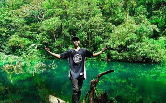 Telaga Biru berada di jalur menuju Curug Cibeureum Bogor menjadi spot favorit wisatawan untuk berfoto sambil beristirahat
