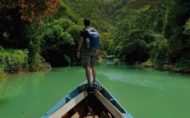 Pengunjung yang sedang naik perahu