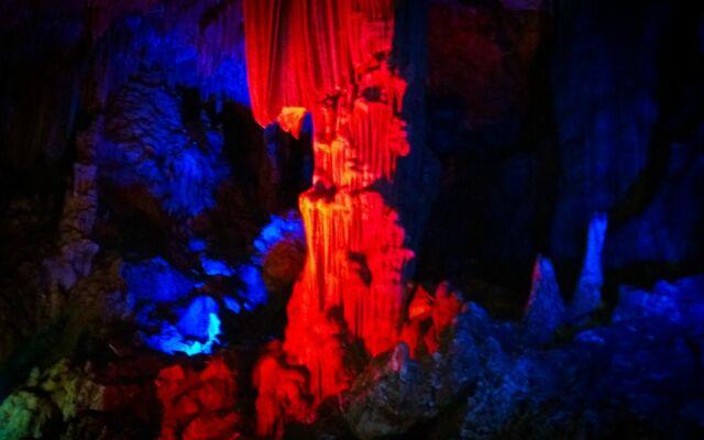 warna-warni cahaya lampu neon dalam goa gong