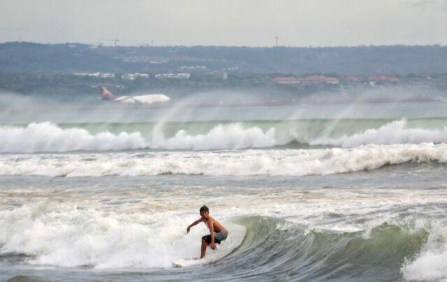 Aktivitas surfing banyak terlihat di laut Pantai Kuta Badung karena ombaknya panjang, tidak terlalu besar dan cukup landai