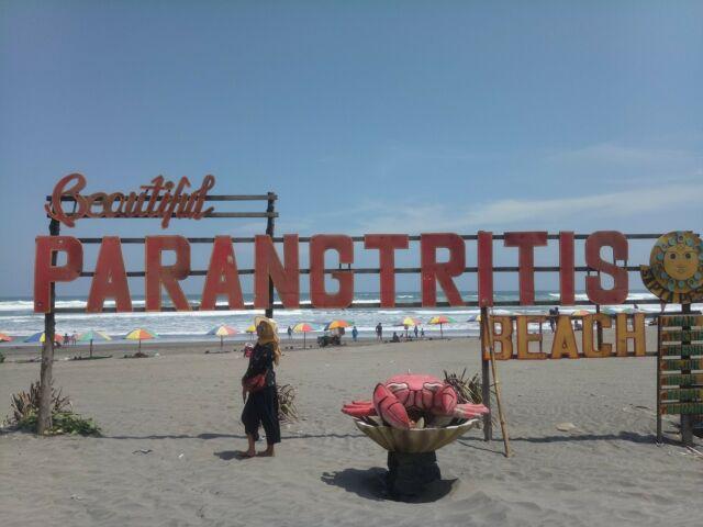 Berfoto merupakan aktivitas favorit wisatawan Pantai Parangtritis Bantul