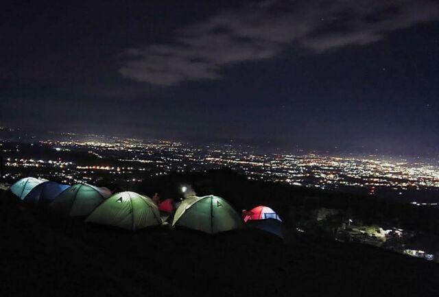 suasana malam berkemah di bukit tranggulasih dengan pemandangan city light