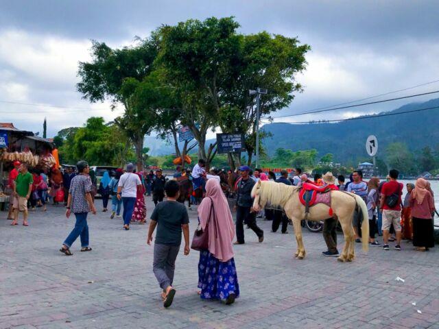 berkuda mengelilingi area telaga sarangan
