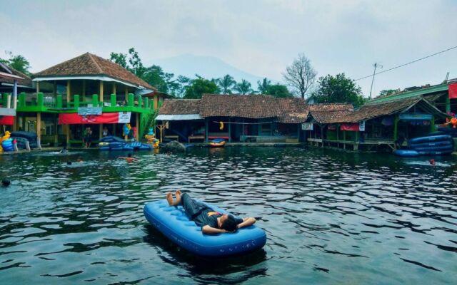 bersantai menggunakan perahu karet di cikoromoy