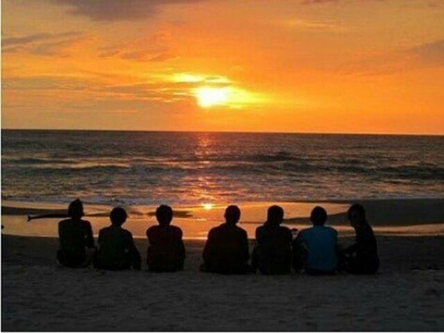 menikmati sunset dari tepi pantai