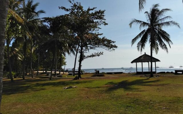 taman hijau di tepi pantai Tanjung Lesung
