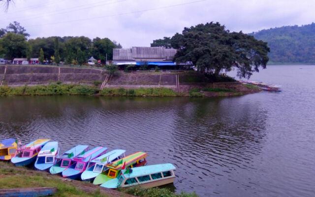 kapal di danau taman wisata selorejo