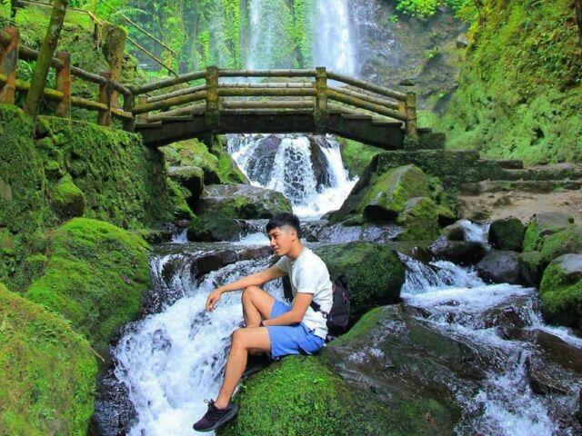 spot foto menawan berlatar aliran sungai dan jembatan