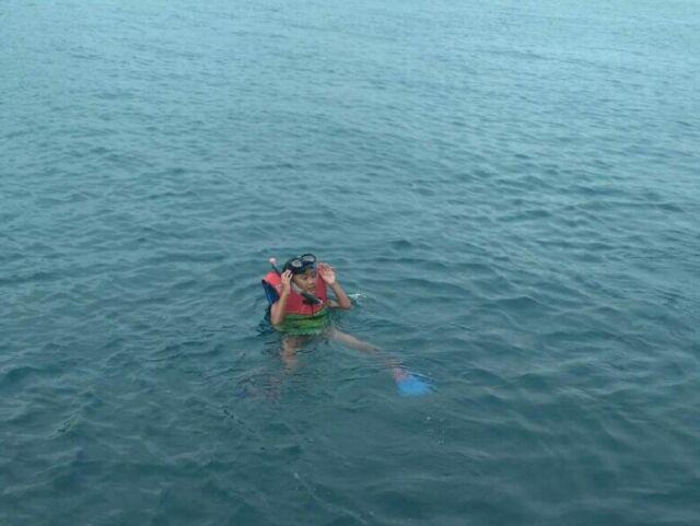 wisatawan sedang melakukan kegiatan snorkeling di laut pantai anyer