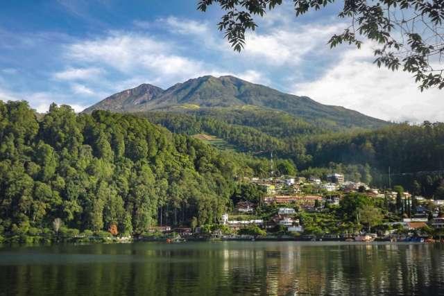 danau dengan latar pegunungan di Telaga Sarangan Magetan