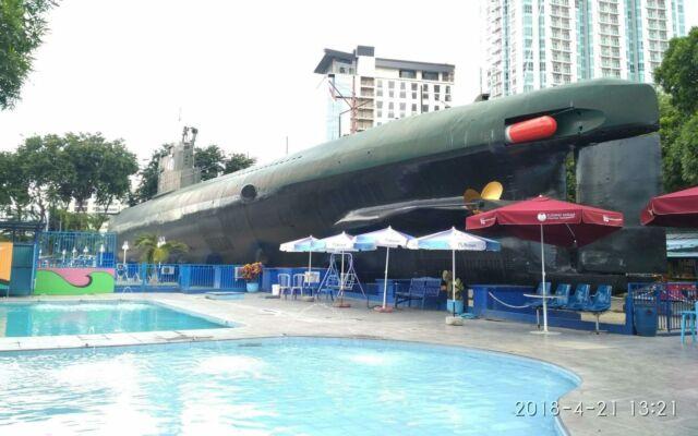 kolam renang di monumen kapal selam surabaya