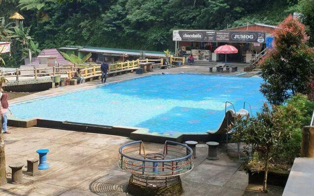 kolam renang anak di sekitar air terjun