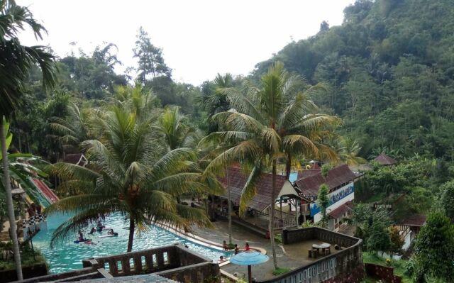 kolam renang di area tempat wsata