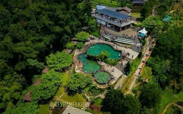 kolam renang infinity dari mata air alami