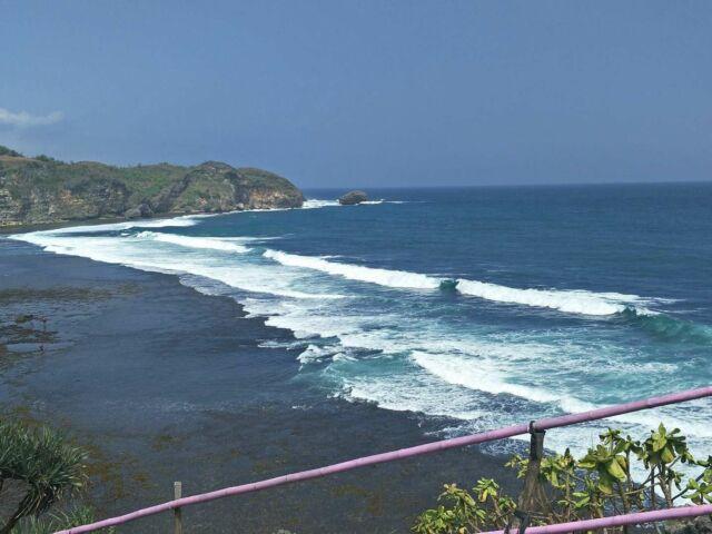 pemandangan samudra hindia dari atas tebing