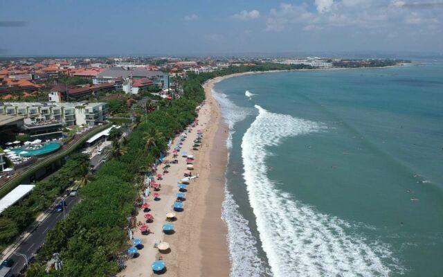 garis pantai yang panjang meliputi tiga pantai yaitu kuta, double-six, dan seminyak
