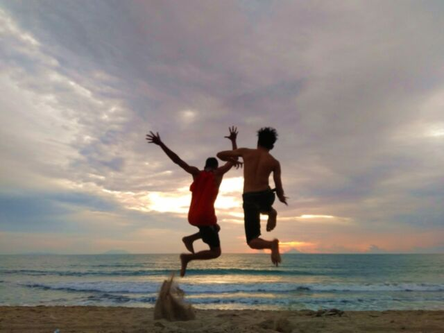 wisatawan bermain di pantai anyer