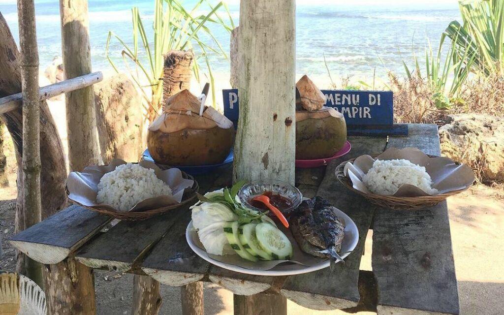 kulineran di tepi pantai