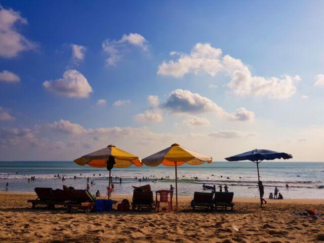 berjemur dan bersantai di pantai