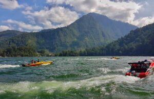 wisatawan yang bermain speedboat di telaga sarangan