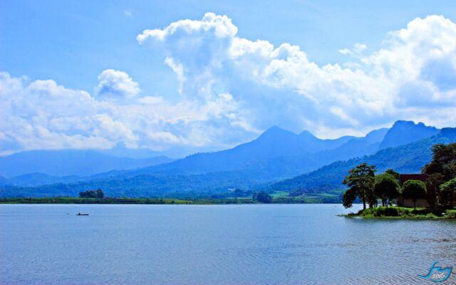 keindahan pemandangan waduk selorejo