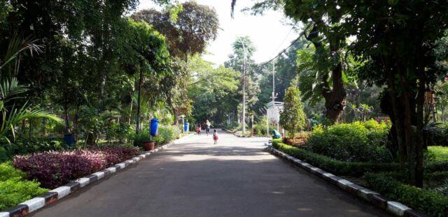 lintasan joging di sekitar area taman
