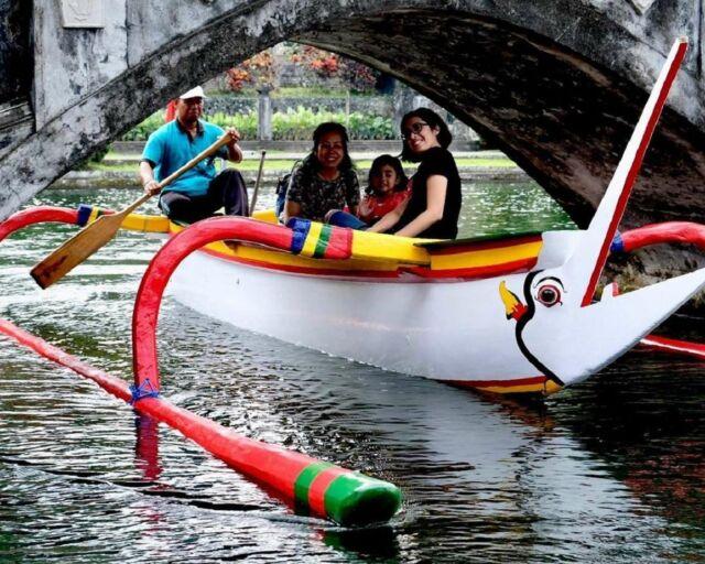 berkeliling istana air menggunakan perahu