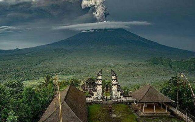 Pura Lempuyang Karangasem menjadi lokasi incaran wisatawan untuk melihat erupsi Gunung Agung