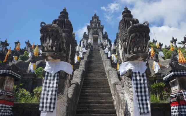 bangunan pura yang megah dengan berbagai patung dan ornamen