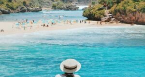 menikmati keindahan birunya laut pantai drini