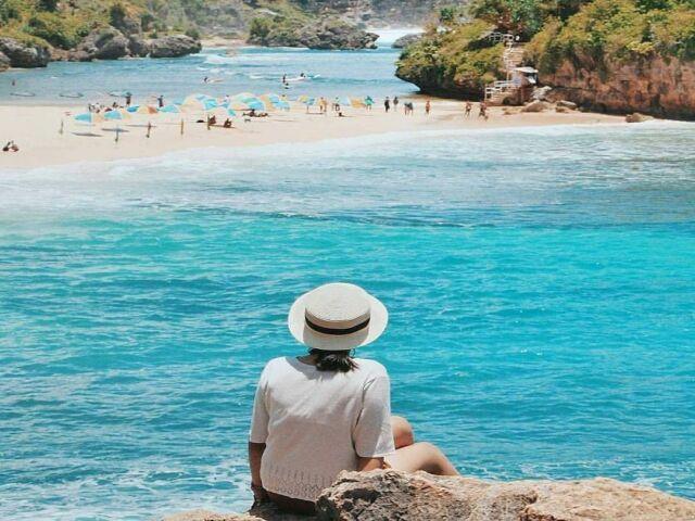 keindahan birunya laut di pantai drini