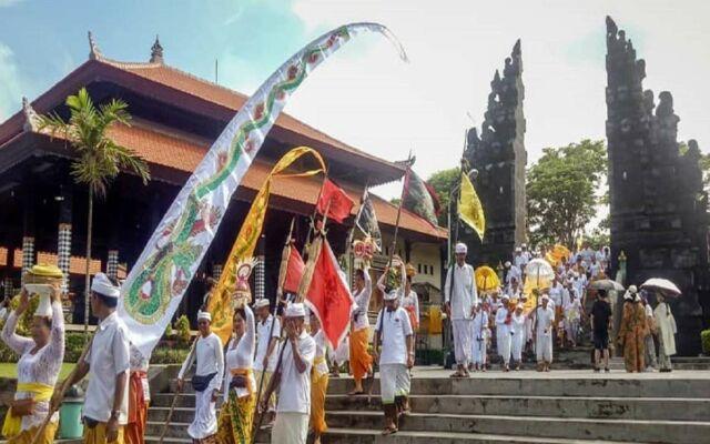 acara keagamaan yang juga sering dilangsungkan di Pura Tanah Lot