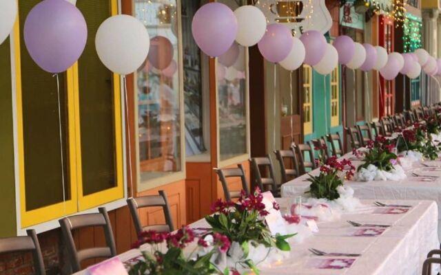 Tematik restoran yang dapat digunakan sebagai meeting space di River Walk Boja Kendal