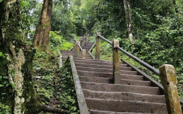 jalan setapak dan tangga menuju pura lempuyang