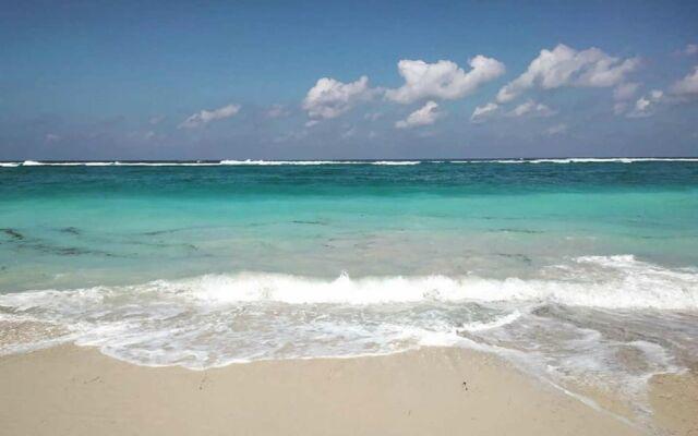 pantai pasir putih dengan warna laut toska di Pantai Pandawa